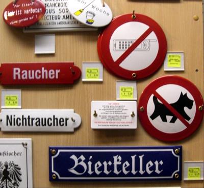 keine Hunde im Bierkeller und Handy verboten Schilder