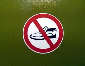 Schild Schuhverbot im Cartoon Blog von Cartoonboerse. Lustige Schilder